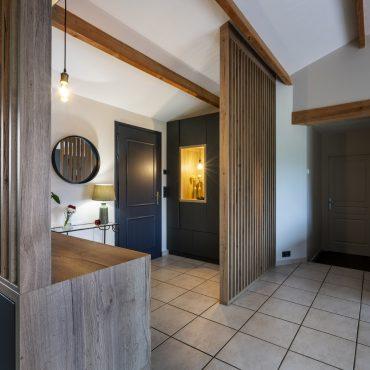 ATELIER 1053 CHANTIER 2 7 370x370 - Aménagement espace d'entrée dressing avec rangement et claustra bois de séparation