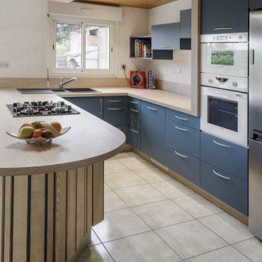 CUISINE 2 370x370 - Cuisine bleu pétrole et plan de travail décors bois