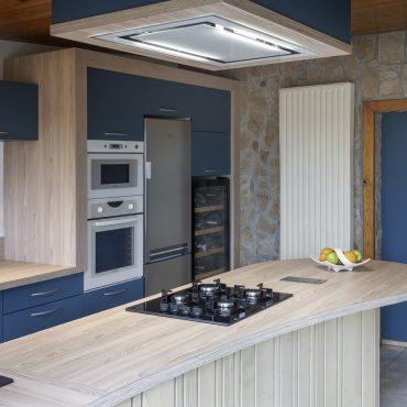 CUISINE 3 370x370 - Cuisine bleu pétrole et plan de travail décors bois