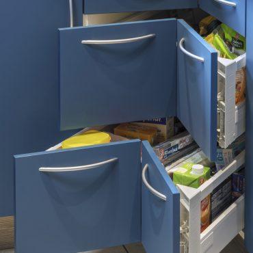 CUISINE 4 370x370 - Cuisine bleu pétrole et plan de travail décors bois