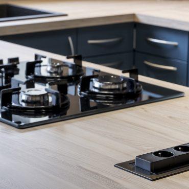 CUISINE 6 370x370 - Cuisine bleu pétrole et plan de travail décors bois