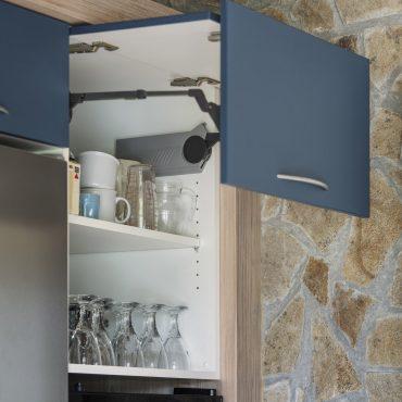 CUISINE 7 370x370 - Cuisine bleu pétrole et plan de travail décors bois