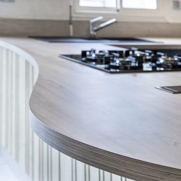 CUISINE 9 370x370 - Cuisine bleu pétrole et plan de travail décors bois