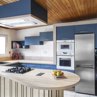 CUISINE VUE 1 370x370 - Cuisine bleu pétrole et plan de travail décors bois