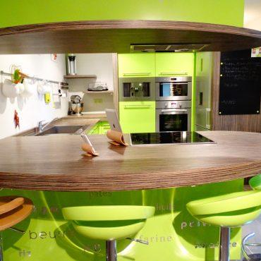 Cuisine laquee vert 370x370 - Cuisine laqué vert et plan de travail décors bois foncé