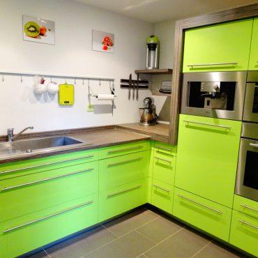 Cuisine sur mesure 370x370 - Cuisine laqué vert et plan de travail décors bois foncé