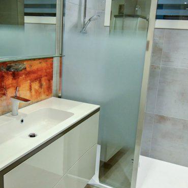 DSC1044 nano 370x370 - Meuble vasque et colonne laqué avec cloison séparatrice