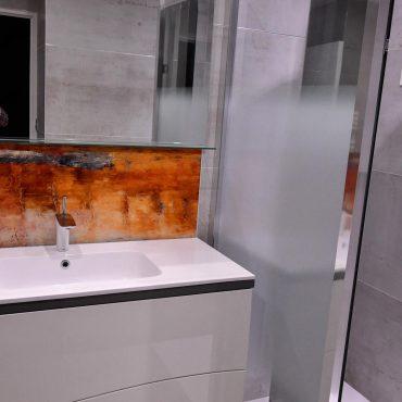 DSC1054 nano 370x370 - Meuble vasque et colonne laqué avec cloison séparatrice