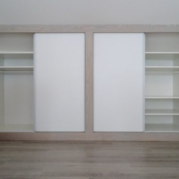 Dressing sur mesuresous combles 370x370 - Placard sous combles blanc et bois