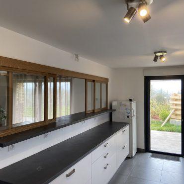 IMG 0615 370x370 - Verrière bois coulissante en chêne pour  séparation entre cuisine et pièce de vie