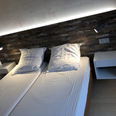IMG 1330 370x370 - Tête de lit bois et chevet blanc