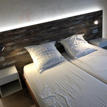 IMG 1331 370x370 - Tête de lit bois et chevet blanc