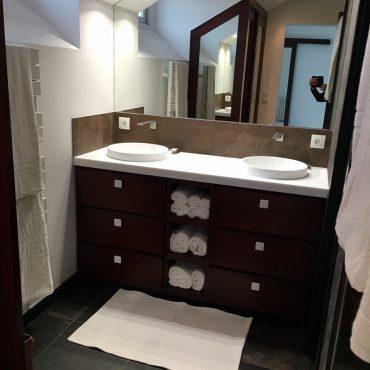 Meuble salle d eau sur mesure bois massif ayous teinte acajou 370x370 - Meuble vasque bois massif teinté acajoux avec tiroirs