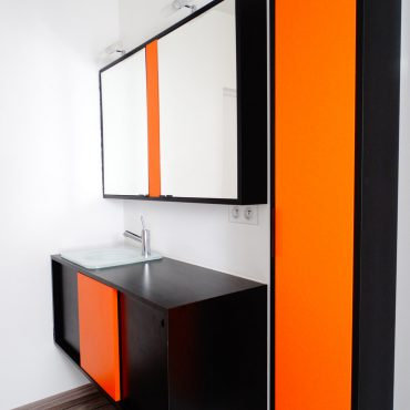 Meubles salle de bains suspendus 370x370 - Meuble vasque et colonne noir et orange avec miroir