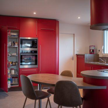 Module rangement epicerie dans cuisine sur mesure 370x370 - Cuisine rouge courbée et plan de travail décors bois arrondi