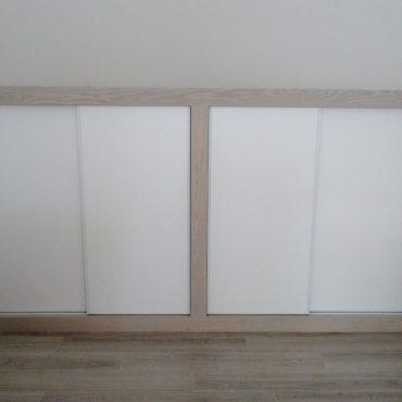 Placards sous comble avec cadre massif 370x370 - Placard sous combles blanc et bois