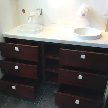 Pose meuble salle d eau sur mesure acajou 370x370 - Meuble vasque bois massif teinté acajoux avec tiroirs