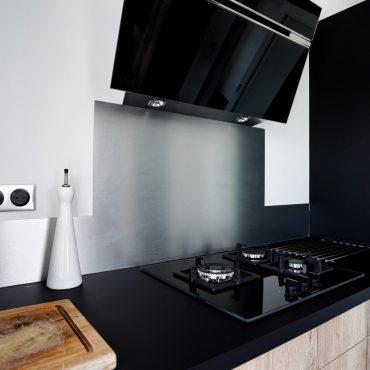 RDI01256 370x370 - Cuisine noir mat et décors bois en façades