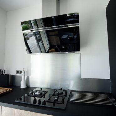 RDI01263 370x370 - Cuisine noir mat et décors bois en façades