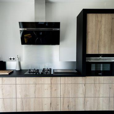 RDI01264 370x370 - Cuisine noir mat et décors bois en façades