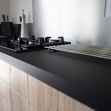 RDI01265 370x370 - Cuisine noir mat et décors bois en façades