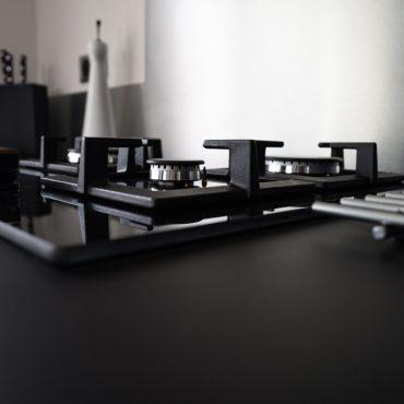 RDI01266 370x370 - Cuisine noir mat et décors bois en façades