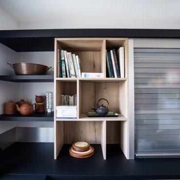 RDI01268 370x370 - Cuisine noir mat et décors bois en façades