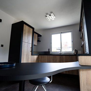 RDI01275 370x370 - Cuisine noir mat et décors bois en façades