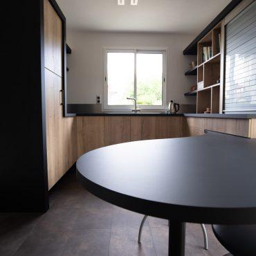 RDI01278 370x370 - Cuisine noir mat et décors bois en façades