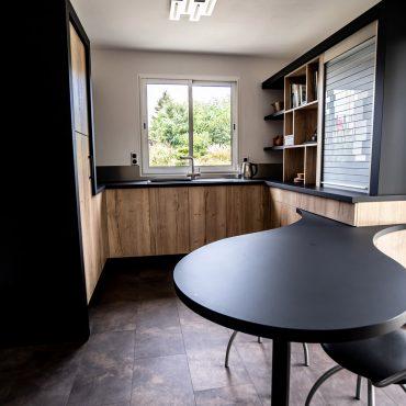 RDI01280 370x370 - Cuisine noir mat et décors bois en façades