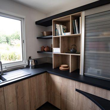 RDI01281 370x370 - Cuisine noir mat et décors bois en façades