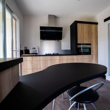 RDI01282 370x370 - Cuisine noir mat et décors bois en façades