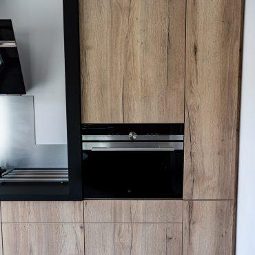 RDI01283 370x370 - Cuisine noir mat et décors bois en façades