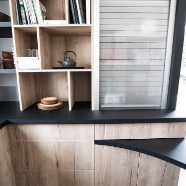 RDI01289 370x370 - Cuisine noir mat et décors bois en façades