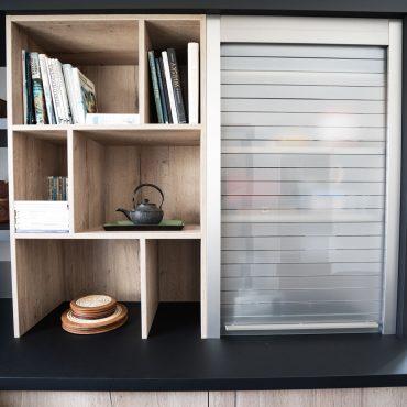 RDI01290 370x370 - Cuisine noir mat et décors bois en façades