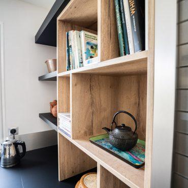 RDI01292 370x370 - Cuisine noir mat et décors bois en façades