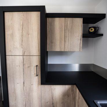 RDI01293 370x370 - Cuisine noir mat et décors bois en façades