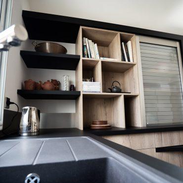 RDI01294 370x370 - Cuisine noir mat et décors bois en façades