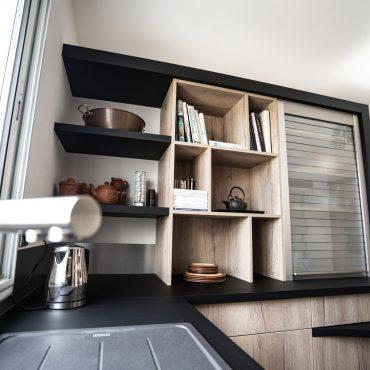 RDI01295 370x370 - Cuisine noir mat et décors bois en façades