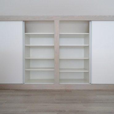 Rangements sous combles 370x370 - Placard sous combles blanc et bois
