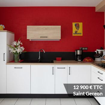 Saint Gereon 12900 - Cuisine rouge courbée et plan de travail décors bois arrondi
