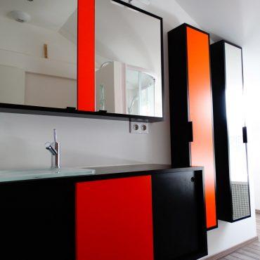 Salle de bains sur mesure 370x370 - Meuble vasque et colonne noir et orange avec miroir