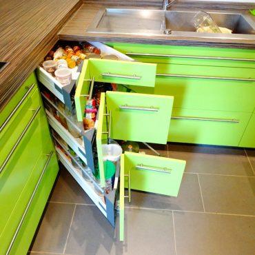 Tiroirs d angle 370x370 - Cuisine laqué vert et plan de travail décors bois foncé