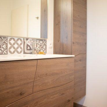 corporate agencement chauve agathefphotographie 10 370x370 - Meuble vasque et colonne bois avec façades courbées