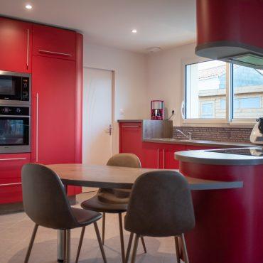 cuisine sur mesure rouge 370x370 - Cuisine rouge courbée et plan de travail décors bois arrondi