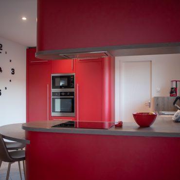 magnifique cuisine rouge cintree 370x370 - Cuisine rouge courbée et plan de travail décors bois arrondi