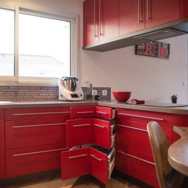 tiroirs d angle dans cuisine sur mesure 370x370 - Cuisine rouge courbée et plan de travail décors bois arrondi