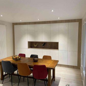 3 Meuble salle de réception sur mesure blanc brillant bois 3 scaled oxyyom1nfnplr6hr4vipaglfts0c9wllk4eym6igbw - Bibliothèque sur mesure chêne brossé avec échelle métallique sur rail